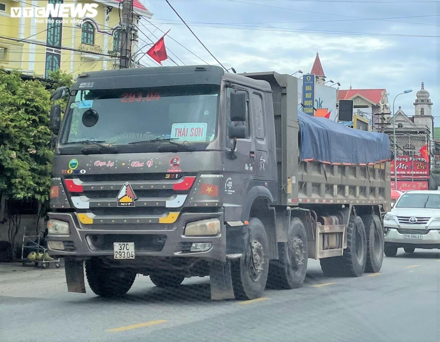 Ảnh: Xe quá tải cơi nới thành thùng ngang nhiên tung hoành ở Nghệ An - 8