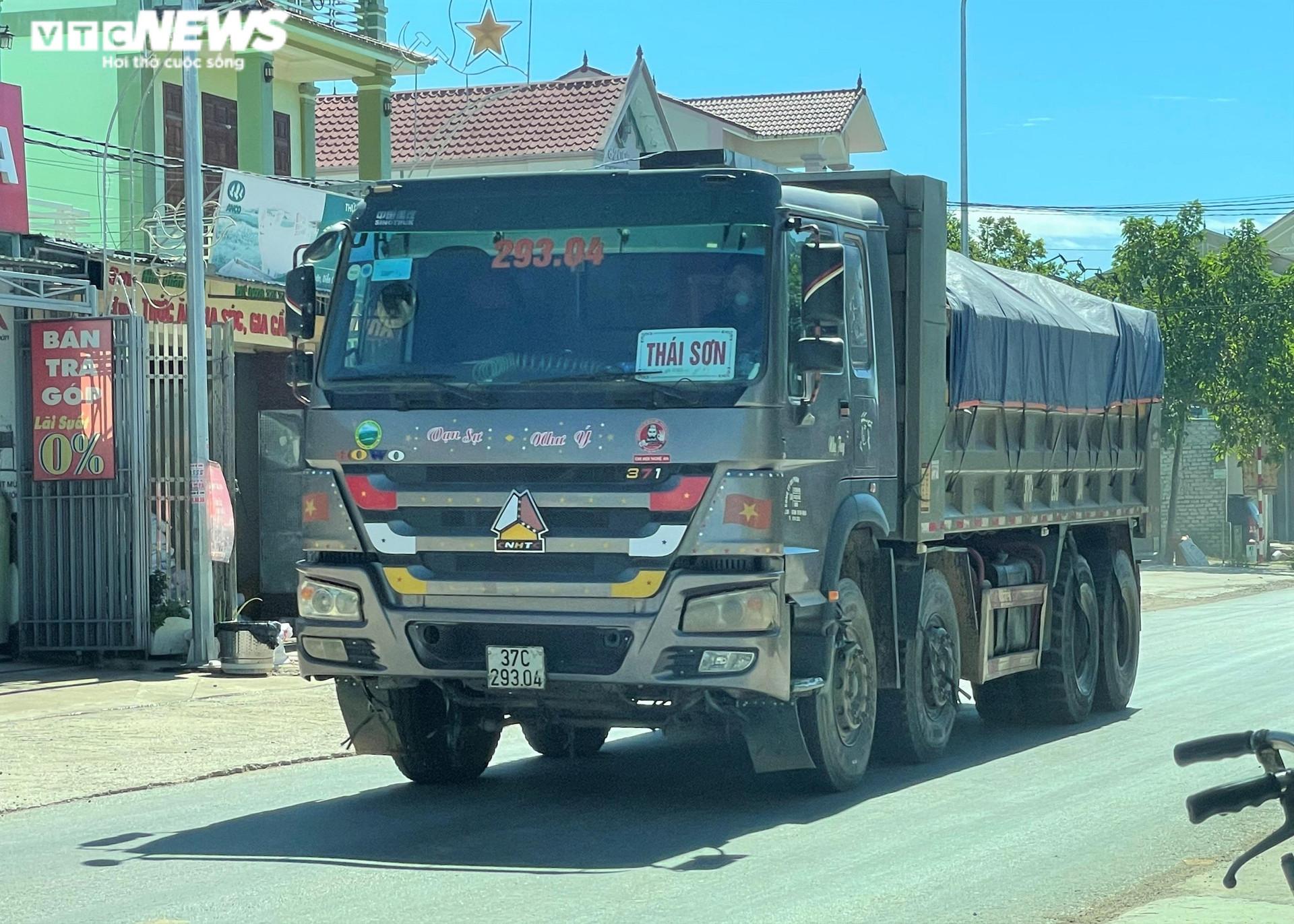 Ảnh: Xe quá tải cơi nới thành thùng ngang nhiên tung hoành ở Nghệ An - 1