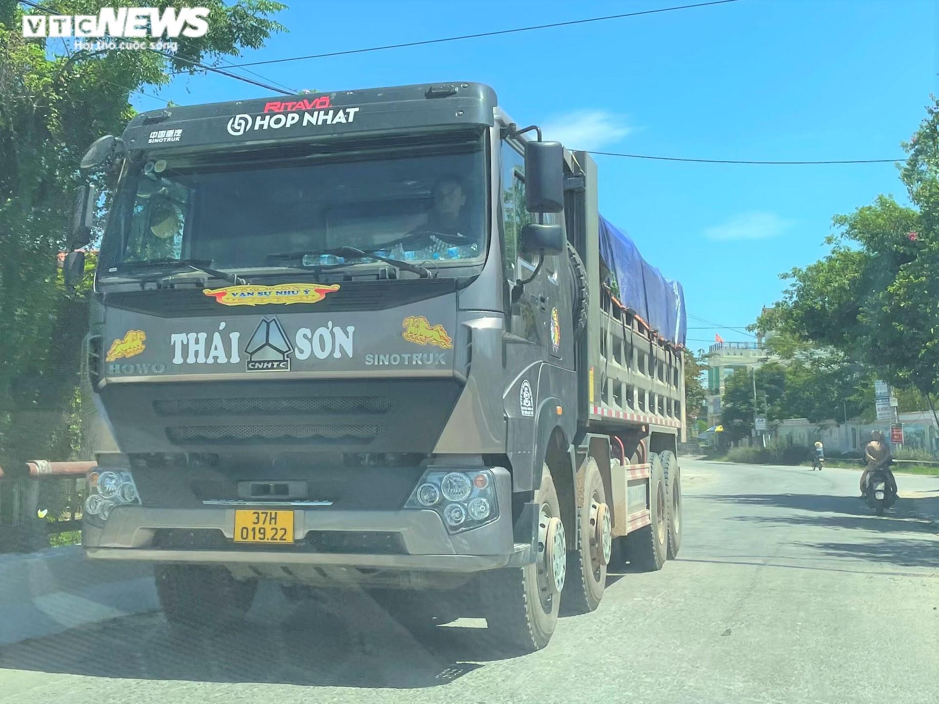 Ảnh: Xe quá tải cơi nới thành thùng ngang nhiên tung hoành ở Nghệ An - 11