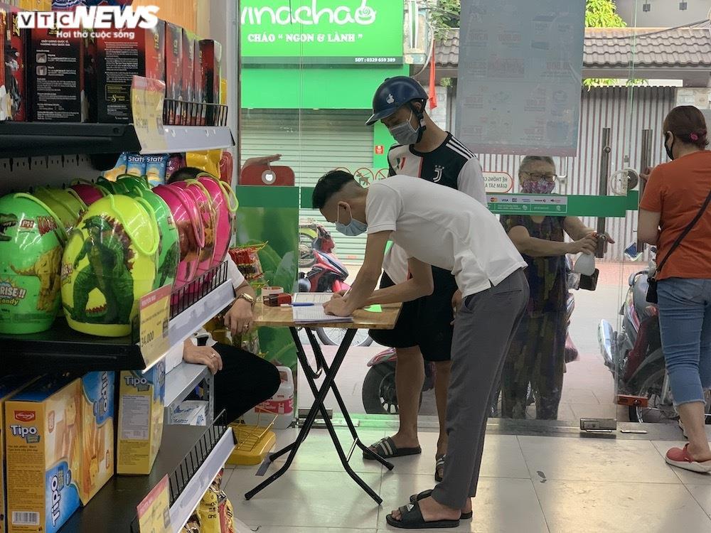Sau sự cố liên quan ca F0, khách vẫn mua sắm đông đúc tại chuỗi siêu thị Vinmart - 7