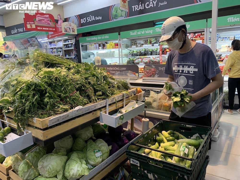 Sau sự cố liên quan ca F0, khách vẫn mua sắm đông đúc tại chuỗi siêu thị Vinmart - 10