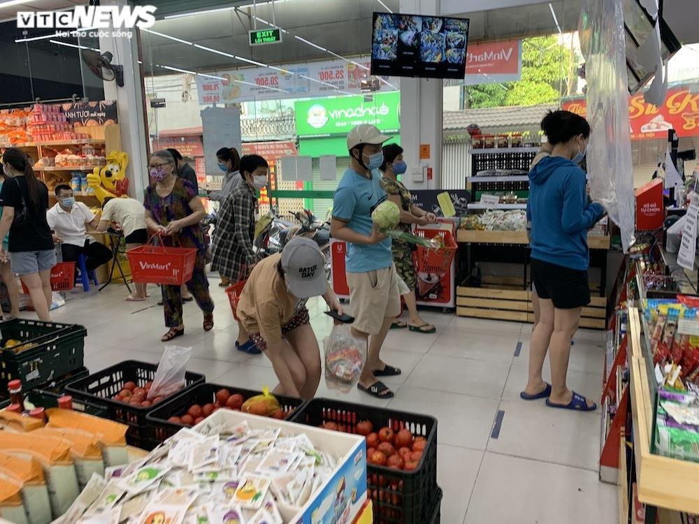 Sau sự cố liên quan ca F0, khách vẫn mua sắm đông đúc tại chuỗi siêu thị Vinmart - 5