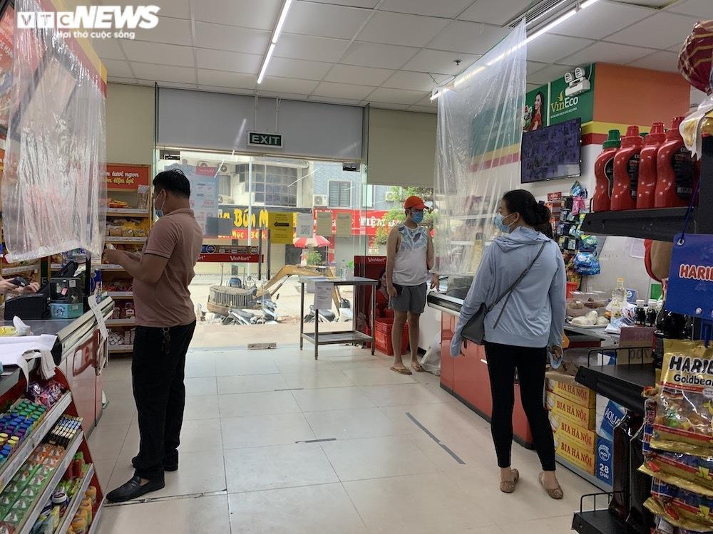 Sau sự cố liên quan ca F0, khách vẫn mua sắm đông đúc tại chuỗi siêu thị Vinmart - 8