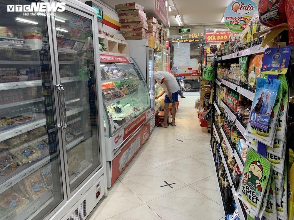 Sau sự cố liên quan ca F0, khách vẫn mua sắm đông đúc tại chuỗi siêu thị Vinmart - 9