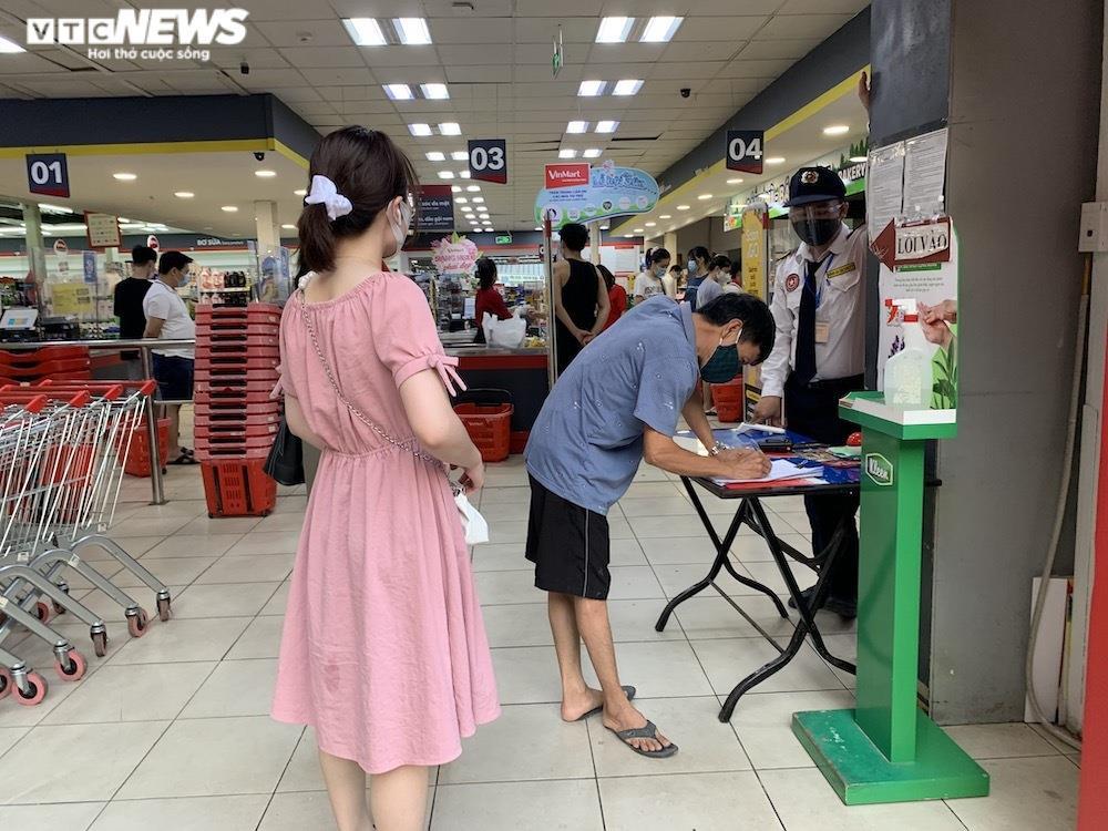 Sau sự cố liên quan ca F0, khách vẫn mua sắm đông đúc tại chuỗi siêu thị Vinmart - 6