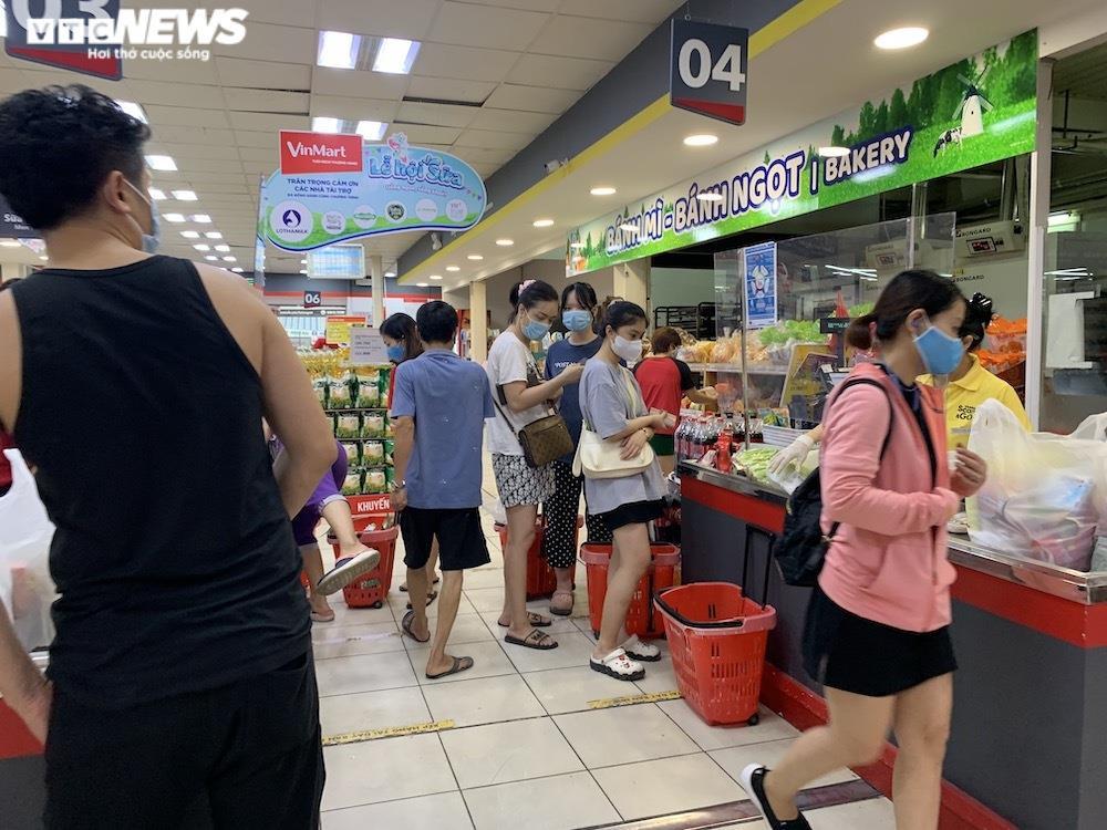 Sau sự cố liên quan ca F0, khách vẫn mua sắm đông đúc tại chuỗi siêu thị Vinmart - 13