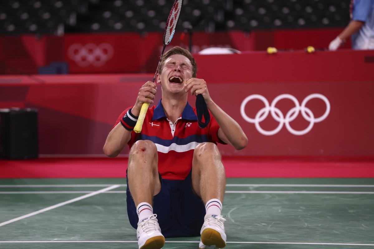 Axelsen bật khóc sau khi giành HCV đơn nam môn cầu lông Olympic Tokyo 2020. (Ảnh: Reuters).