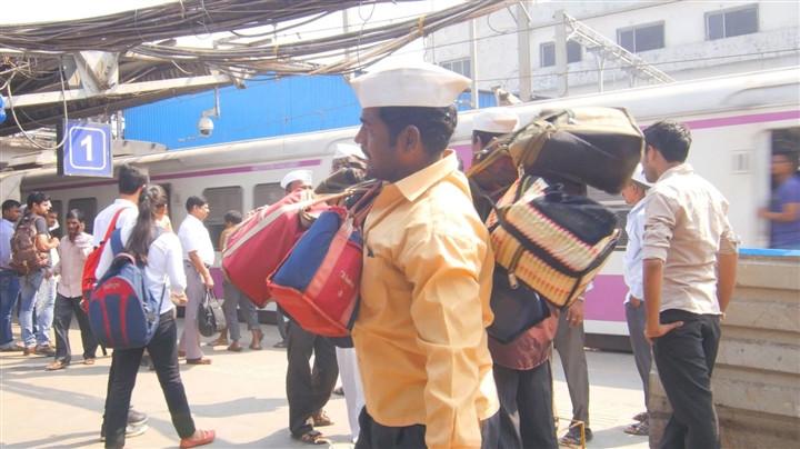 Mạng lưới giao đồ ăn 130 năm tuổi ở Ấn Độ trong đại dịch - 4