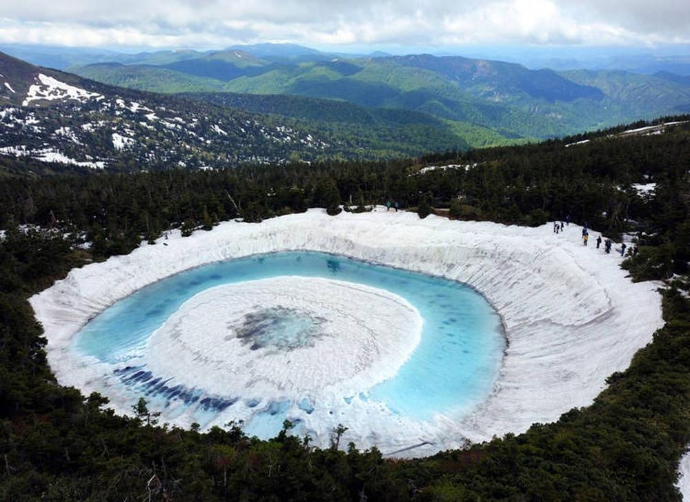 Hồ mắt rồng huyền diệu chỉ xuất hiện vào mùa xuân ở Nhật Bản - Ảnh 1.
