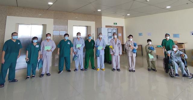 Những bệnh nhân COVID-19 được trao giấy xuất viện sau thời gian điều trị khỏi bệnh