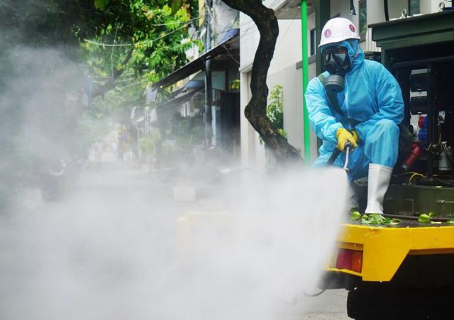 Bộ Y tế: Không phun hóa chất diệt khuẩn ngoài trời và vào người - Ảnh 1.
