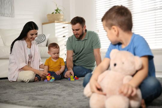 Đứa trẻ hay ghen tị và thích so sánh khiến quá trình trưởng thành bị cản trở, cha mẹ nên làm gì?-2