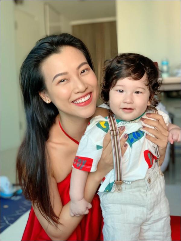 Quý tửlai Tây nhà MC Hoàng Oanh chưa đầy 1 tuổi đã biết chạy, luôn vui vẻ, tự tinnhờ cách chăm sóc và giáo dục của mẹ-9