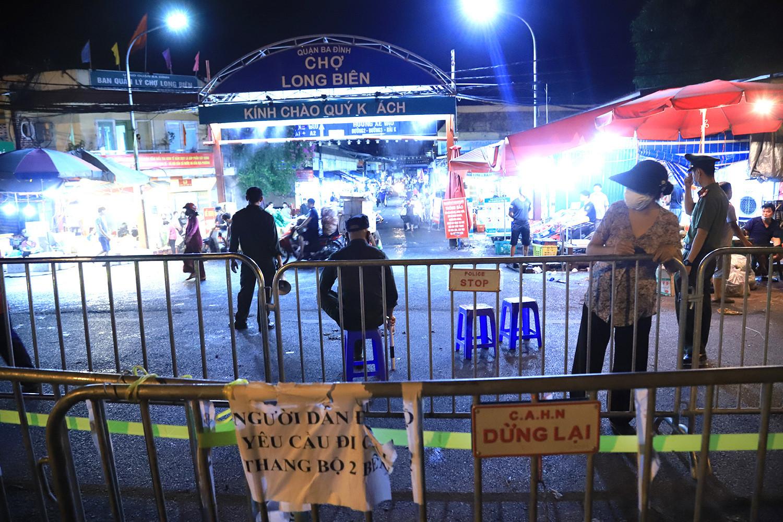 Phong tỏa khu bán cá chợ Long Biên, xét nghiệm hàng trăm tiểu thương