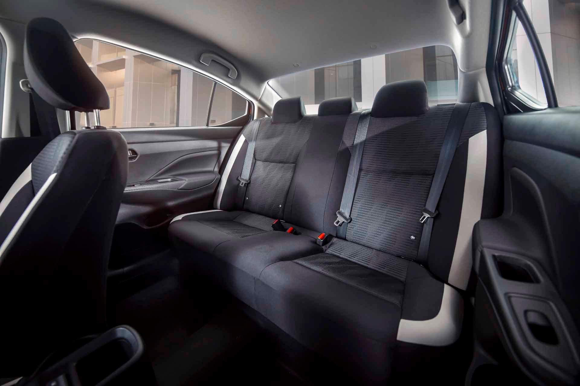 Hàng ghế sau của xe Nissan Almera