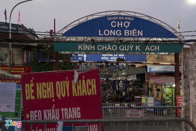 Hàng trăm tấn hoa quả kẹt tại chợ Long Biên - 1