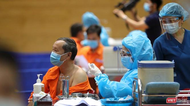 Lực lượng y tế tiêm vaccine cho các đối tượng tại cộng đồng ở Đà Nẵng