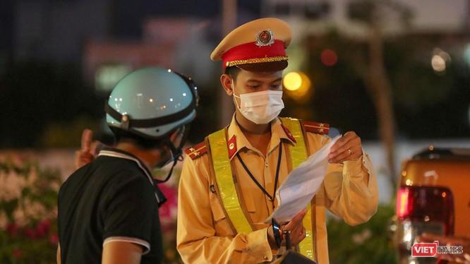 Lực lượng công an Đà Nẵng tăng cường kiểm soát người dân ra đường