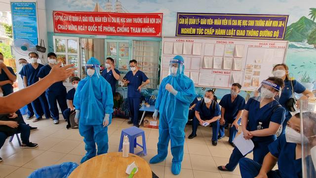 Các bác sĩ nhận nhiệm vụ tại BV Dã chiến số