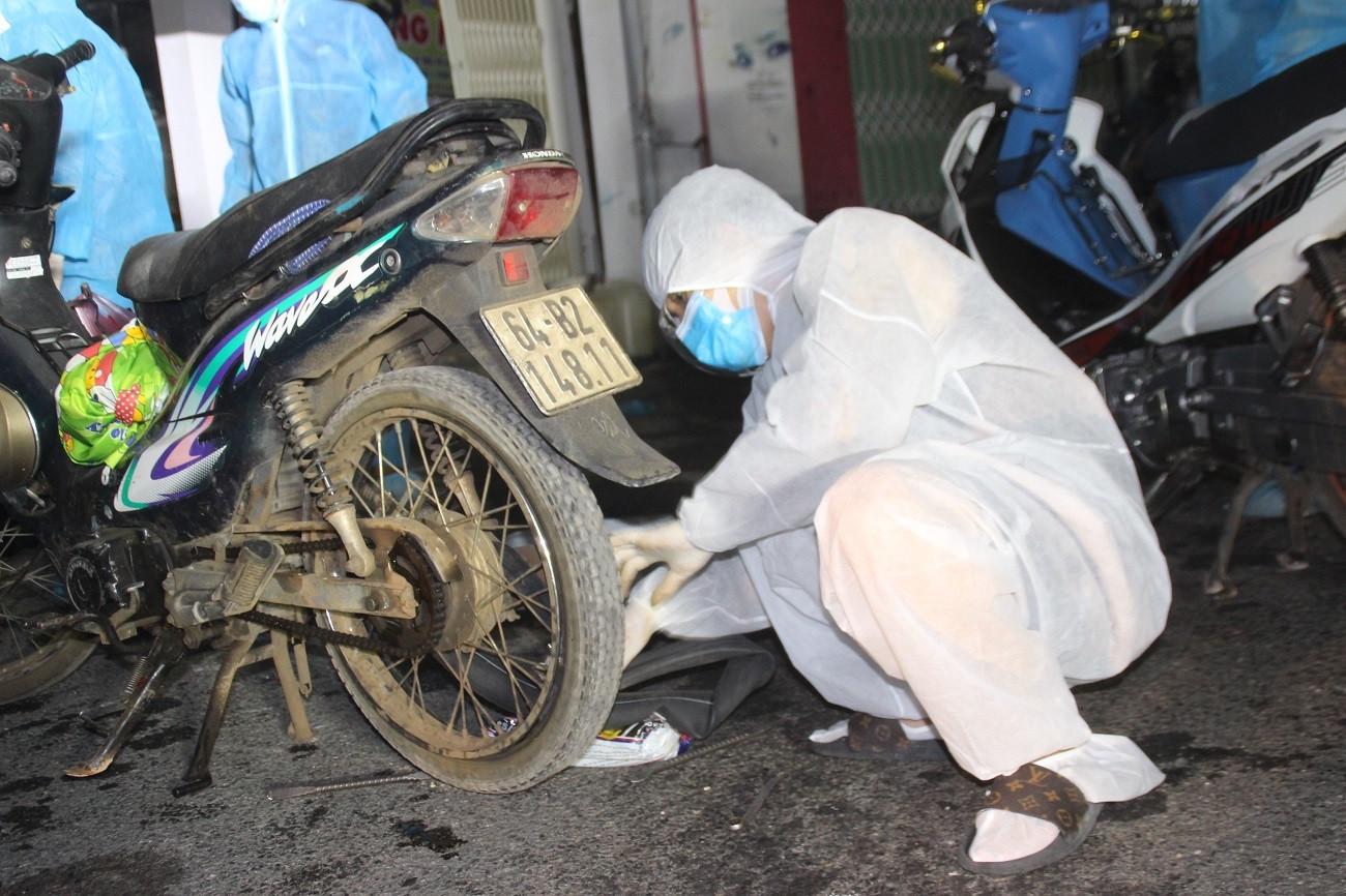 Biệt đội xuyên đêm sửa xe máy miễn phí cho bà con chạy cả 1.000km về quê