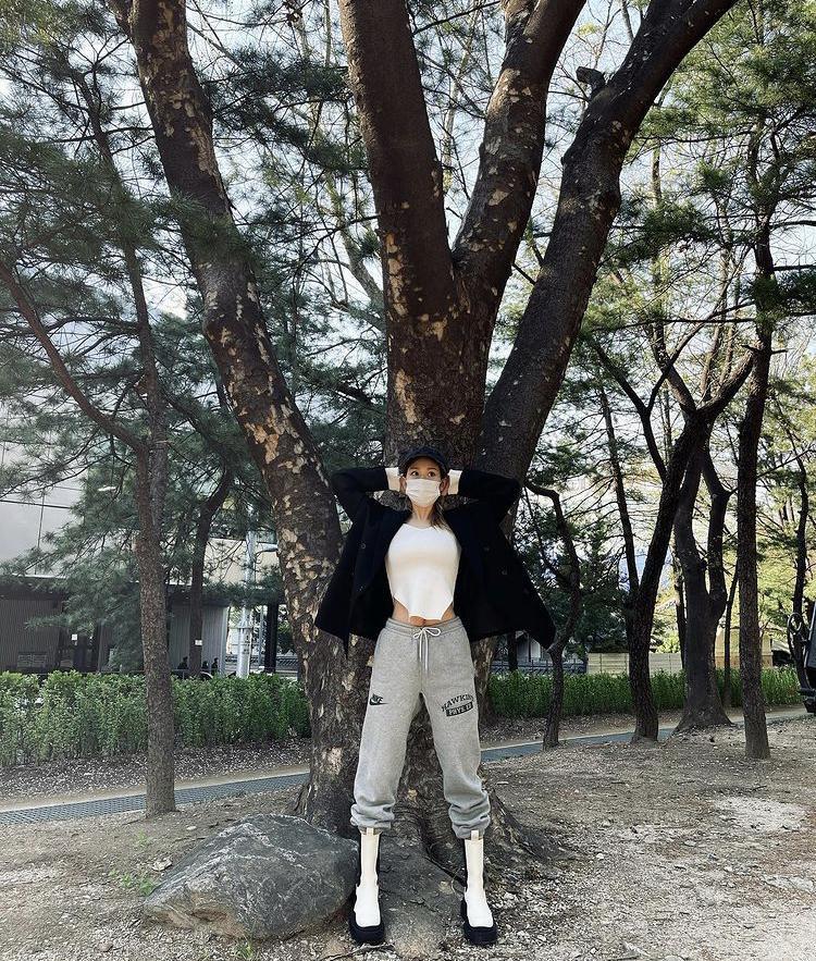 'Xỉu ngang' những lần bông hồng lai Somi vén áo khoe cơ bụng-8