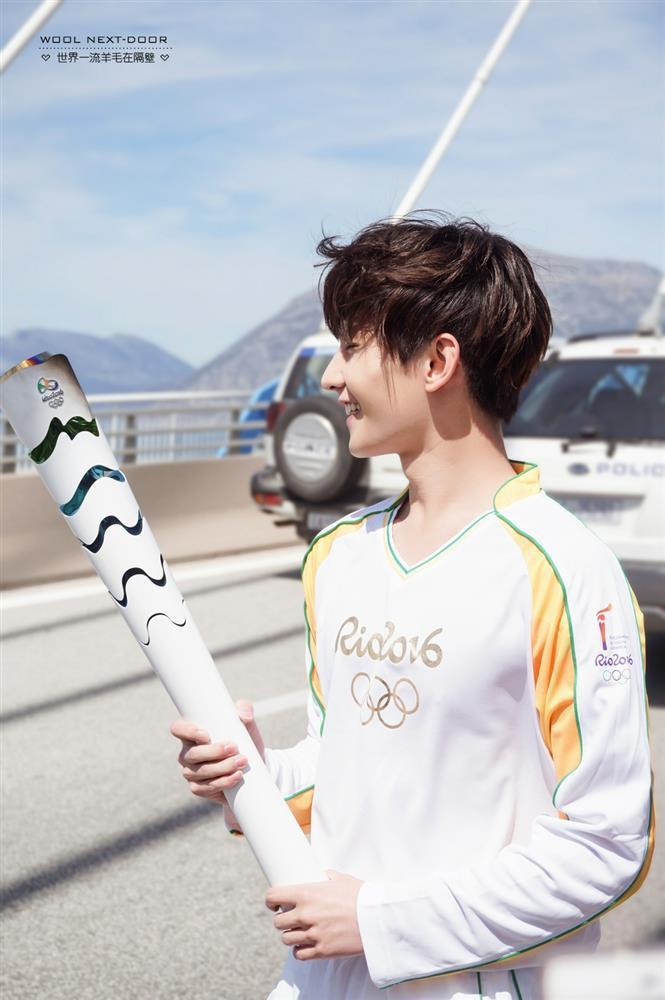 Bộ ảnh rước đuốc Olympic của Dương Dương bỗng dưng hot trở lại-6
