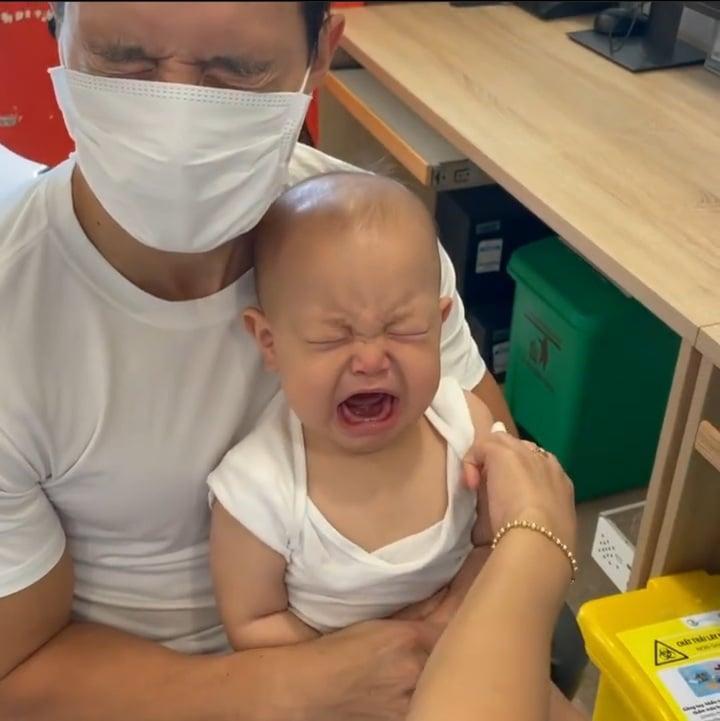 2 nhóc tì nhà Hồ Ngọc Hà đi tiêm phòng: Chị khóc - em cười-1