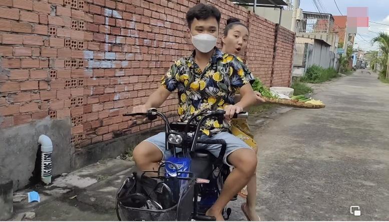 Lê Dương Bảo Lâm bị chỉ trích khi để vợ cơm bưng nước rót-1