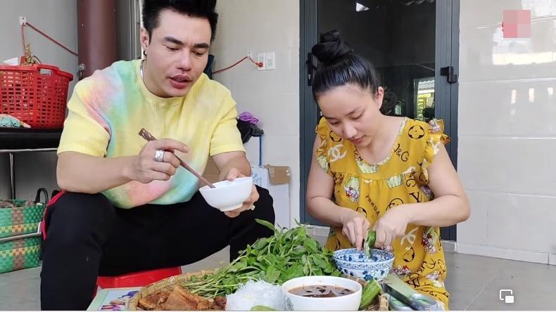 Lê Dương Bảo Lâm bị chỉ trích khi để vợ cơm bưng nước rót-2