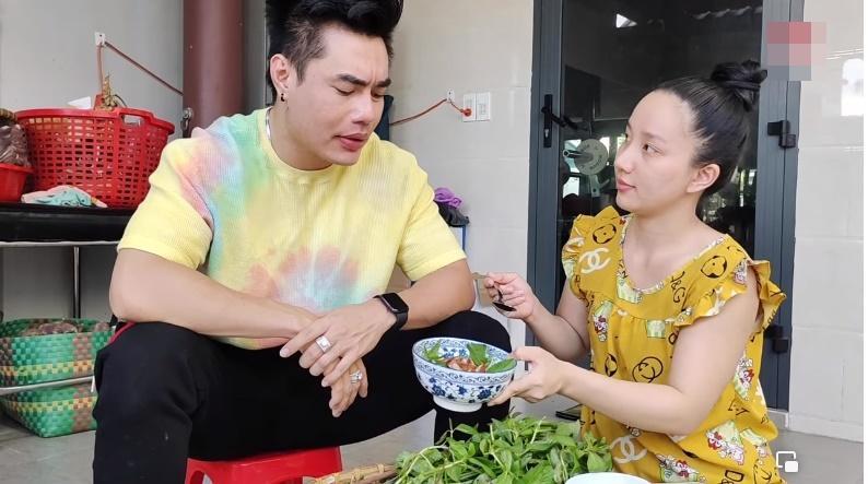 Lê Dương Bảo Lâm bị chỉ trích khi để vợ cơm bưng nước rót-3