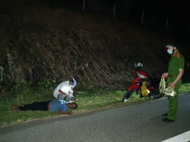 Nhịn đói 3 ngày lái xe máy nghìn km về quê, người đàn ông kiệt sức gục bên đường - 1
