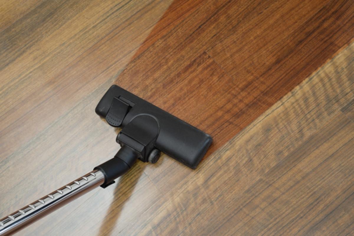 Nếu sàn gỗ trong nhà sạch sẽ, sáng bóng trông sẽ rất đẹp và làm cho ngôi nhà của chúng ta trông rất sạch sẽ đúng không? Và nước vo gạo sẽ giúp bạn dễ dàng đạt được điều đó, bằng cách lấy giẻ hoặc cây lau để làm ẩm sàn bằng nước vo gạo. Sau đó dùng để lau sàn toàn bộ, kể cả trong những ngóc ngách. Khi hoàn thành, bạn dùng khăn khô để lau lại một lần nữa và đợi khô. Chỉ cần điều này thôi cũng giúp ngôi nhà luôn sạch sẽ và sáng bóng như ý muốn. mà không cần phải phụ thuộc vào hóa chất. Đặc biệt an toàn tuyệt đối cho nhà có trẻ nhỏ và vật nuôi.