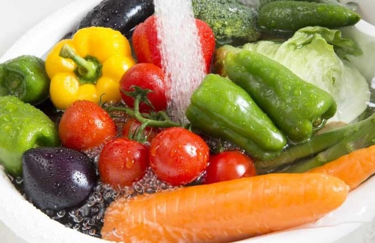 Nước vo gạo còn giúp bạn rửa sạch các loại rau củ quả có hóa chất khi mua ở chợ về. Chỉ cần rửa rau và trái cây với nước một lần, sau đó cho vào nước vo gạo và để khoảng 10 - 15 phút, đến lúc thì đem rau đi rửa lại với nước sạch một lần nữa. Chỉ cần điều này sẽ giúp loại bỏ độc tố đi kèm với rau hoặc trái cây giảm đi rất nhiều. Đảm bảo rằng nó là ngon và an toàn cho chắc chắn.