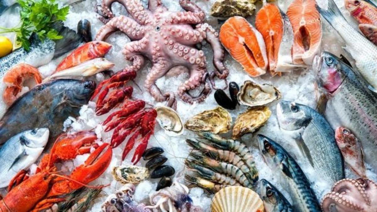 Các loại hải sản như tôm, sò, cua, cá khi đem vào bếp thường có kèm theo đó là mùi tanh khá nồng. và có chất nhờn trên tay. Cách để giúp loại bỏ hoàn toàn mùi tanh và chất nhờn đó chính là nước vo gạo. Chỉ cần cho 3 cốc nước vo gạo, thêm 3-5 quả chanh leo hoặc chanh dây, vắt vào và khuấy đều. Sau đó đem hải sản đi rửa thật sạch và sau đó rửa sạch với nước thêm một lần nữa. Hải sản sẽ không còn mùi tanh và đã sẵn sàng để nấu.