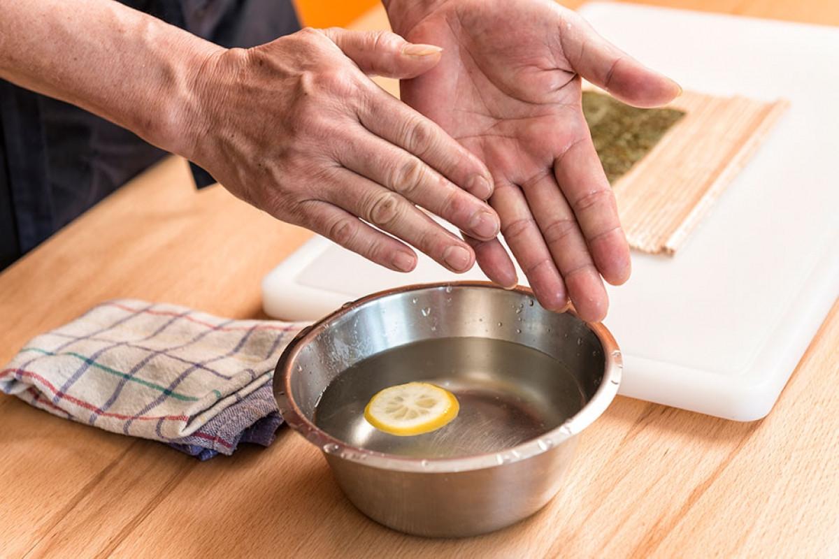 Sau khi hoàn thành các công việc trong bếp, chắc hẳn nhiều người gặp vấn đề với mùi hôi trên tay phải không? cho dù đó mùi tanh của hải sản hay thậm chí là mùi của các loại gia vị trong nhà bếp và nước vo gạo sẽ giúp bạn giải quyết vấn đề đó. Chúng ta sẽ dùng nước vo gạo để rửa tay thay vì nước lã để giúp rửa sạch mùi tanh của cá. Có thể thêm một chút nước cốt chanh để tăng hiệu quả. Cứ như vậy, mùi tanh bám vào tay chắc chắn sẽ không còn nữa.