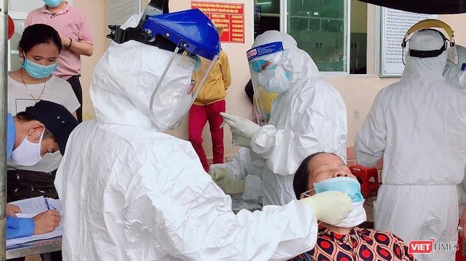 Người dân khu vực phong toả tại Đà Nẵng được lấy mẫu xét nghiệm SARS-CoV-2