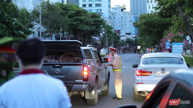 Lực lượng công an kiểm tra phương tiện ra đường tại chốt kiểm soát trên địa bàn TP Đà Nẵng