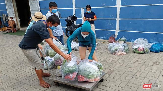 Người dân vùng phong toả cách ly y tế trên địa bàn phường Nại Hiên Đông (quận Sơn Trà, Đà Nẵng) được