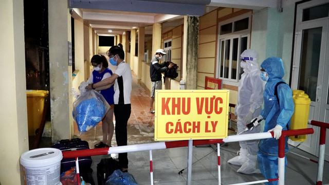 Những trường hợp dương tính được đưa vào Bệnh viện dã chiến tỉnh Quảng Bình để theo dõi và điều trị.