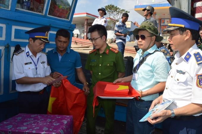 Cảnh sát biển đồng hành cùng ngư dân: Giúp dân bám biển, bảo vệ chủ quyền biển - đảo