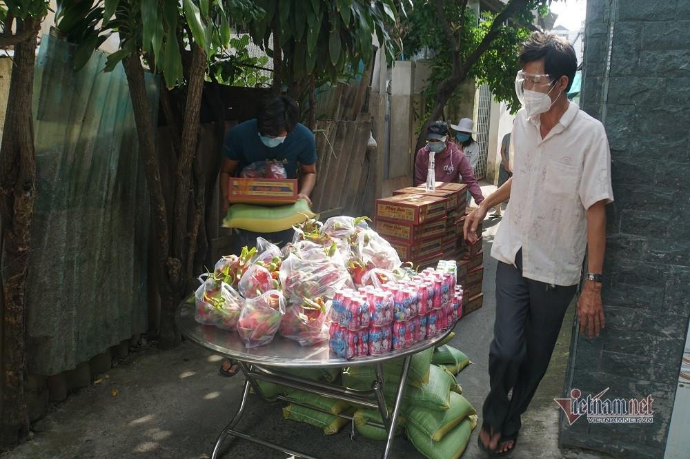 Người mất việc ở TP.HCM đón tin vui giảm tiền trọ, nhận thực phẩm tại phòng
