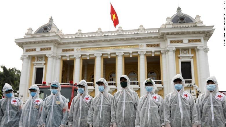 Các chiến sĩ thuộc Bộ Tư lệnh Hóa chất, Bộ Quốc phòng Việt Nam trước khi phun thuốc khử trùng khắp các tuyến phố ở Hà Nội ngày 26/7.