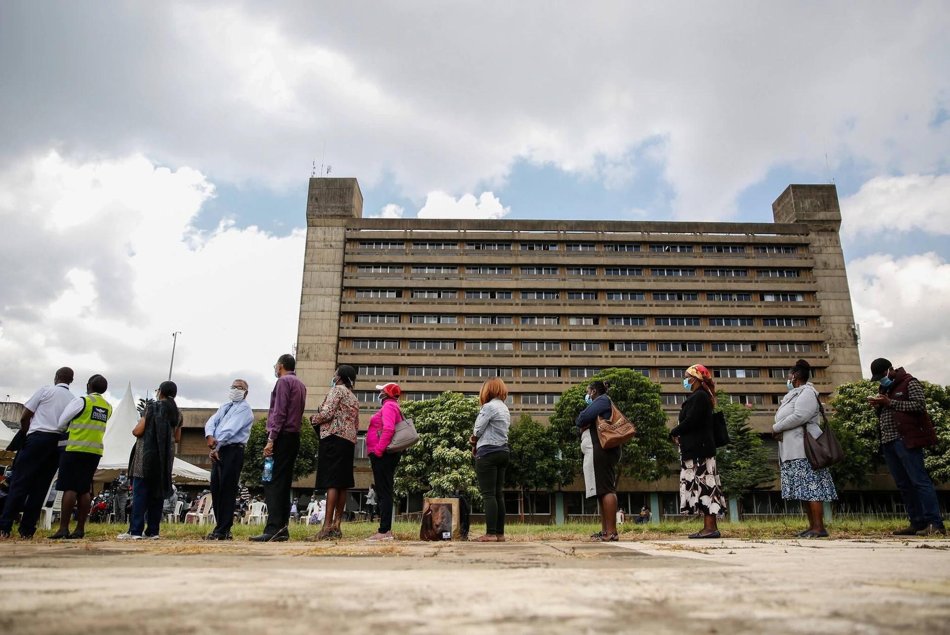 Người dân Kenya xếp hàng chờ tiêm vacicne ngừa Covid-19. (Nguồn: AP)