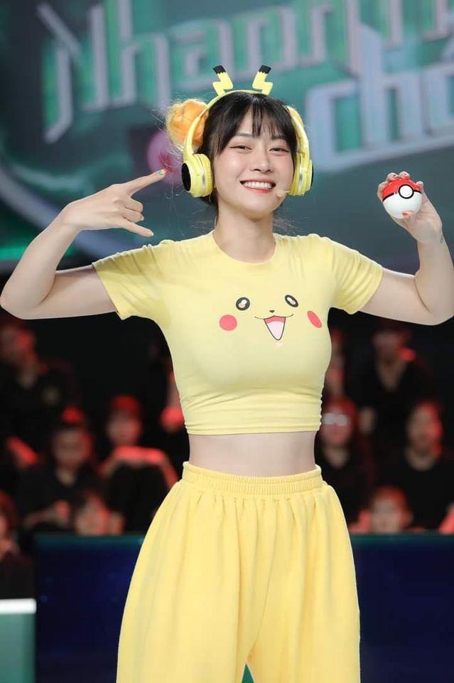 Loạt sự cố trang phục để đời của Lê Bống: Áo Pikachu trên truyền hình, váy xẻ ở chùa... - 3