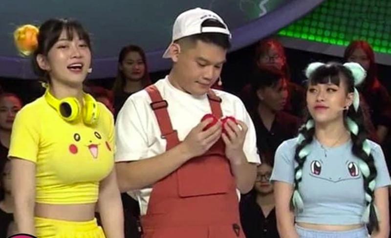 Loạt sự cố trang phục để đời của Lê Bống: Áo Pikachu trên truyền hình, váy xẻ ở chùa... - 4