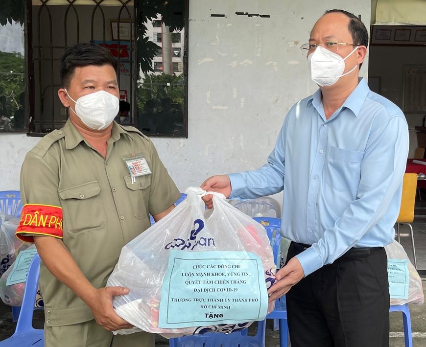 Lãnh đạo TP Hồ Chí Minh tặng quà người dân khu phố 1, phường 15, quận Tân Bình