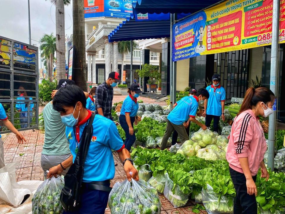 Thanh niên tình nguyện thuộc Tỉnh đoàn Bình Dương tặng rau xanh cho người dân khó khăn