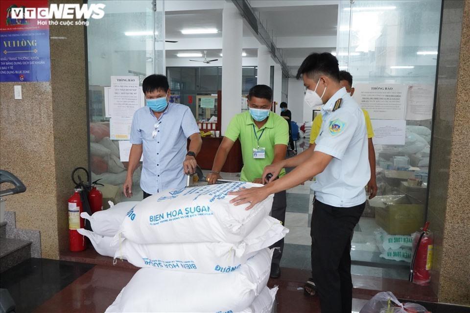 Đi từng ngõ, gõ cửa từng nhà tặng nhu yếu phẩm cho người gặp khó ở TP.HCM - 3