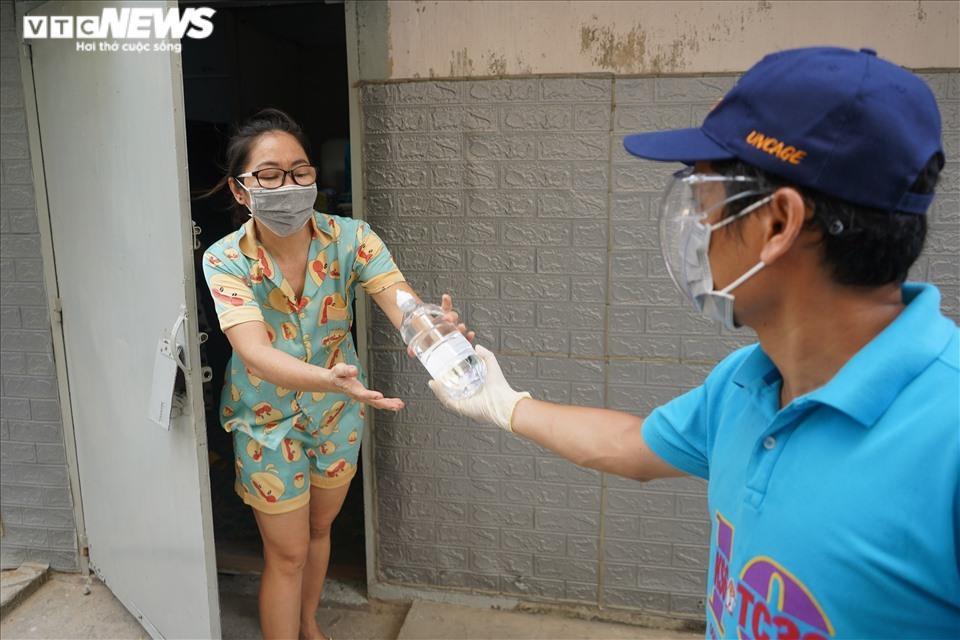 Đi từng ngõ, gõ cửa từng nhà tặng nhu yếu phẩm cho người gặp khó ở TP.HCM - 11