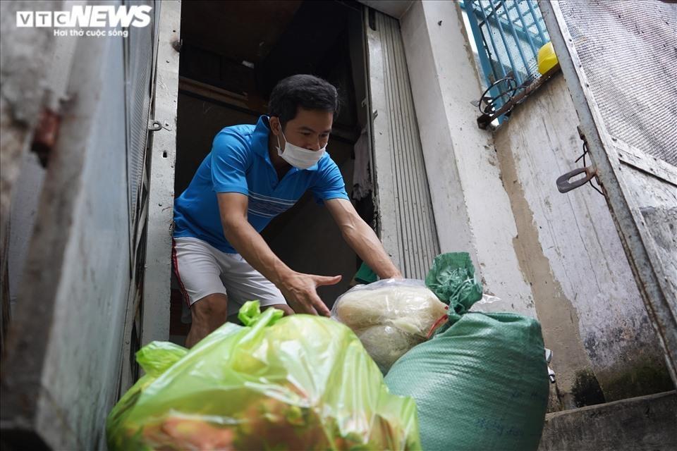 Đi từng ngõ, gõ cửa từng nhà tặng nhu yếu phẩm cho người gặp khó ở TP.HCM - 8